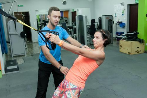cwiczenia na plecy z TRX